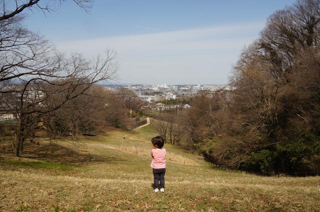 長沼公園の芝生をいく