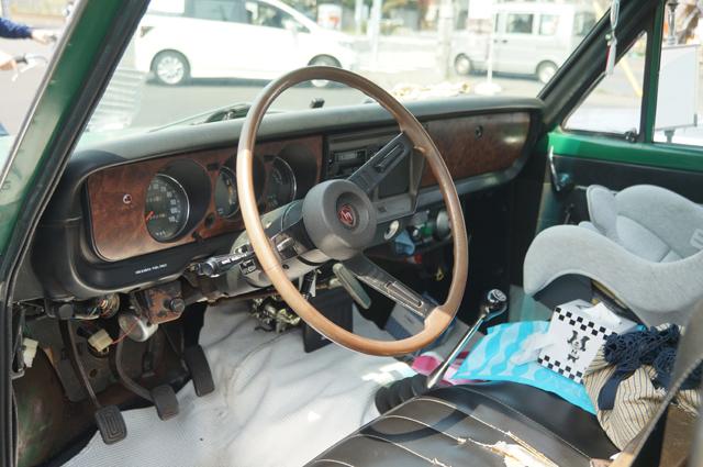 ロータリーピックアップトラックの運転席