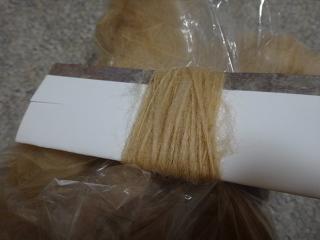 電動紡ぎ機で桜染め原毛を紡ぐ