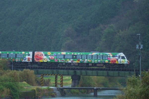 沈下橋とアンパンマン列車