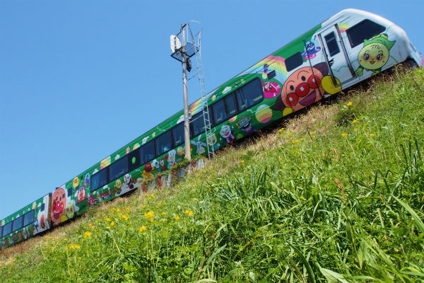 クサノオウ ( 草の黄 )とアンパンマン列車