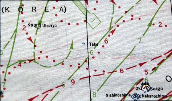 wst1702220088-p1_米軍が戦時中に制作した布製航空図。竹島は「Take」と表記されている(中央)