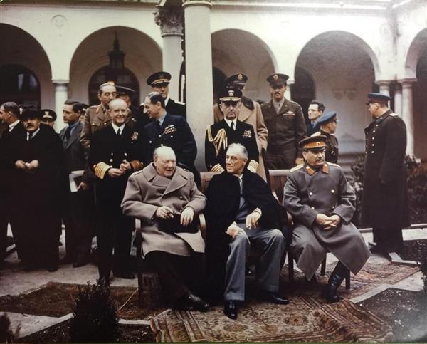 wor1702230002-p2_ヤルタのリバディア宮殿で記念撮影するチャーチル英首相、ルーズベルト米大統領、ソ連のスターリン首相(左から)の3巨頭(英国立公文書館所蔵)