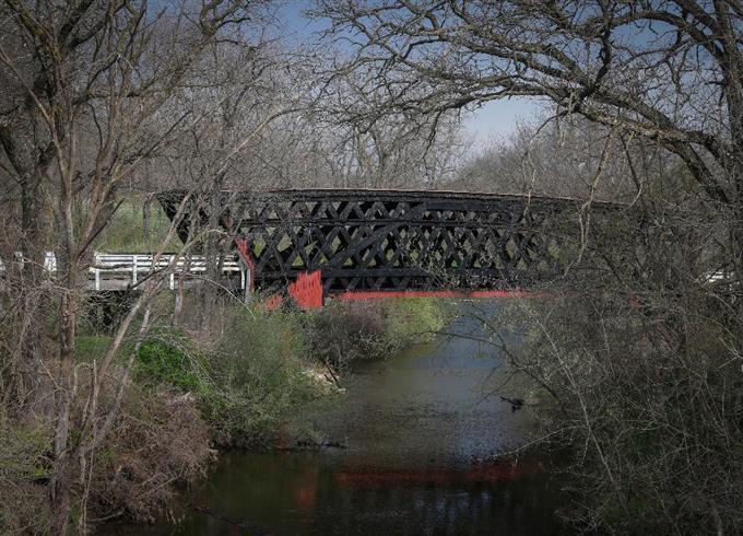 sty1704160002-f4_火災で焼けた有蓋橋。クリント・イーストウッド監督の映画「マディソン郡の橋」で有名になった