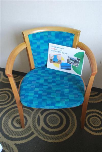 wst1705040003-p4_ホテルメッツ田端の客室にあるイス。山手線のシートと同じ生地が使用されている