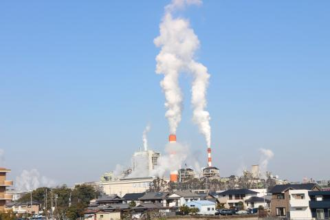 製紙工場の煙突の煙
