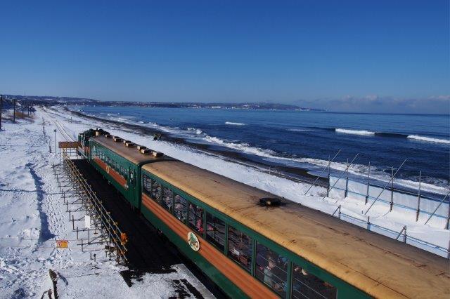 釧網線のJR北浜駅付近 流氷ノロッコ号