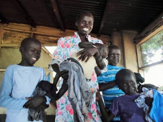 南スーダン、服の配布に喜ぶ