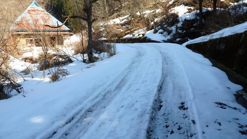 最終民家から向こうは積雪・凍結が顕著