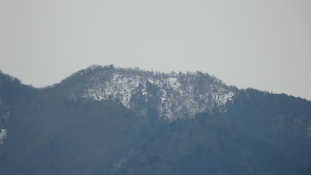 山頂付近に雪がある