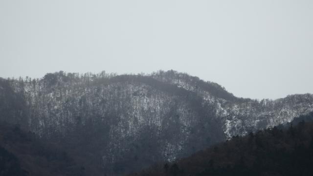 山頂には雪がある
