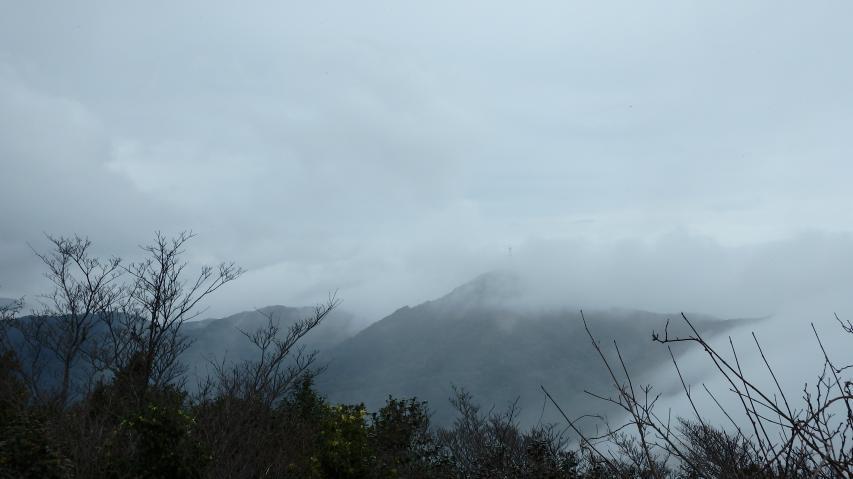 山々には雲霞がかかる