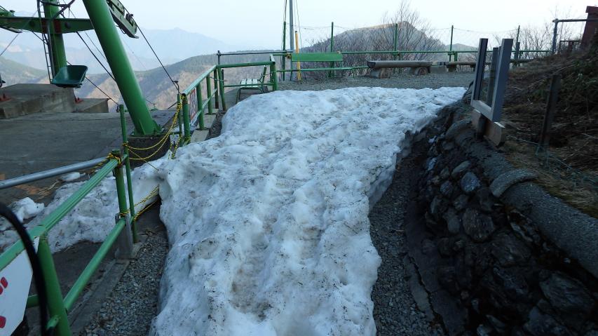 吹き溜まりに残る雪