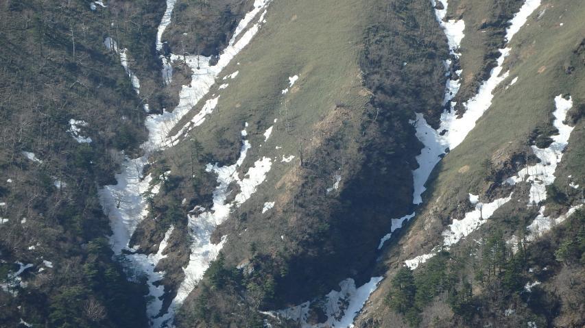 山肌の谷は深い
