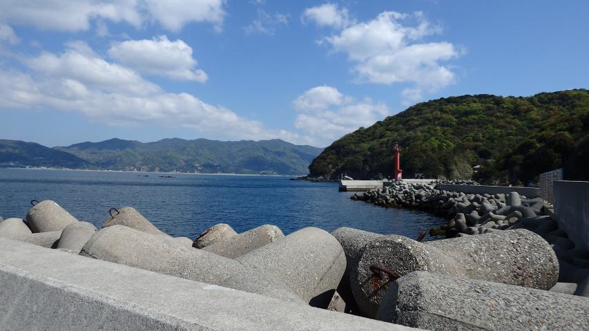 防潮堤の上から淡路本島を望む