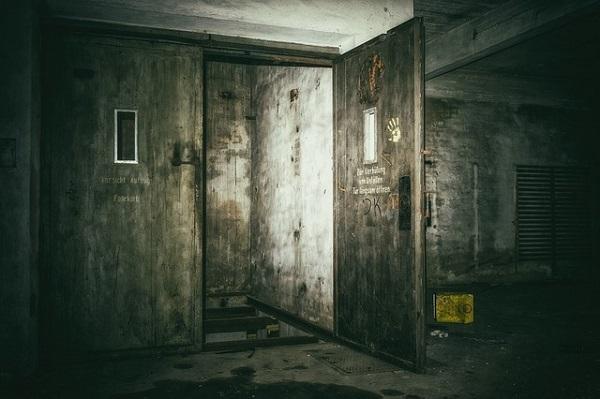 フリー画像・廃墟のドア