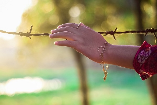 フリー画像・有刺鉄線と手