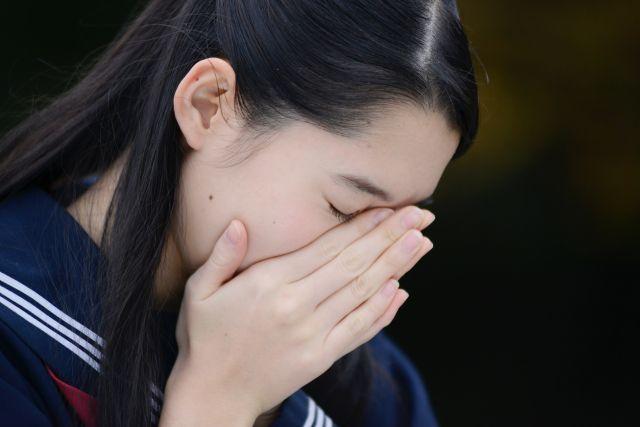 悲しみに 沈む 女子中学生