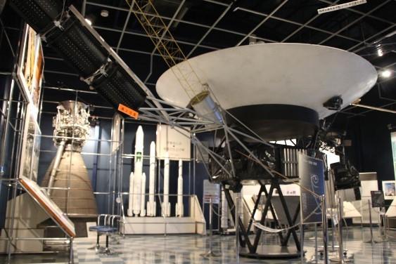 人工衛星の模型やロケットの展示