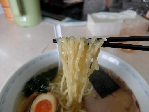 縮れた中太麺