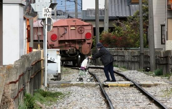 ⑤貨物列車と老婆