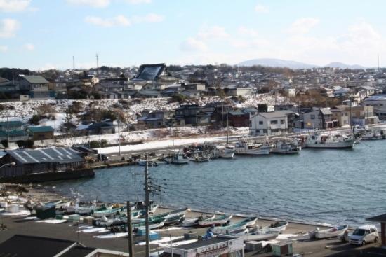 ⑦蕪島からの鮫の町 (550x367)