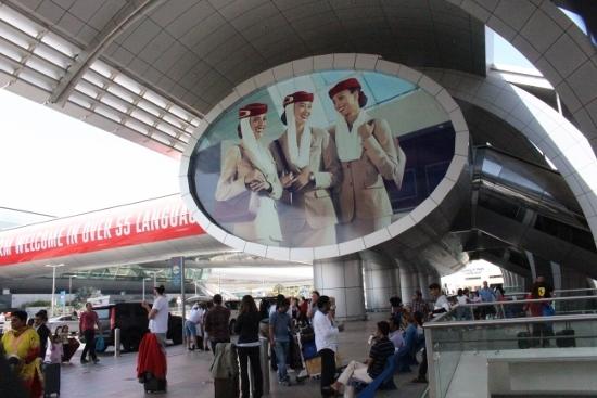 ③空港外部 (550x367)