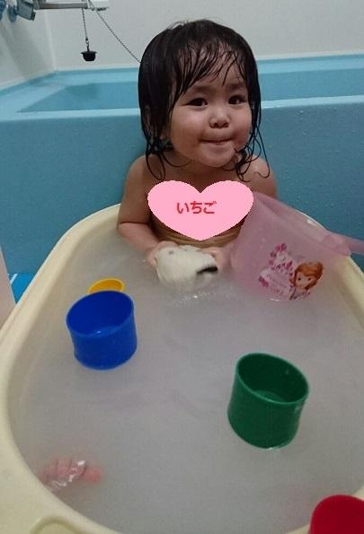 お風呂でバケツ遊び