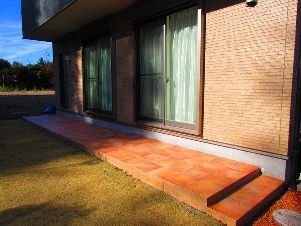 H様窓外のテラコッタ調タイルテラス設置2