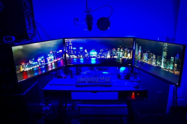 PC_Desk_UltlaWideMonitor17_19.jpg