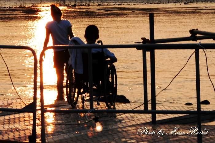車椅子の少年 加茂川 愛媛県西条市