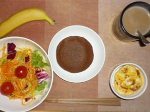 チョコホイップパンケーキ,サラダ(キャベツ、人参、レタス、トマト)青紫蘇・オリーブオイル,フライドオニオン入りスクランブルエッグ,バナナ,コーヒー