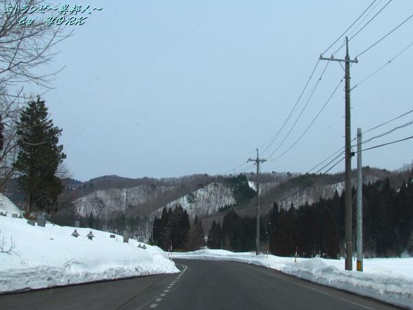 2459未だ雪が残る除雪された国道170320