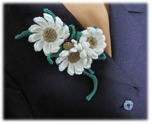白い花のコサージュ