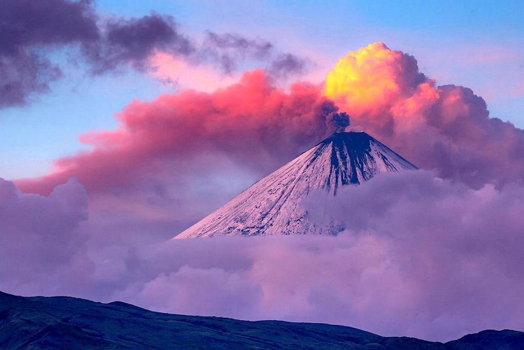 【ロシア】カムチャツカ半島にあるクリュチェフスカヤ山が噴火…6000メートルの噴煙を上げる